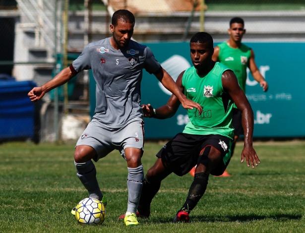 Pierre domina a bola em treino do Fluminense
