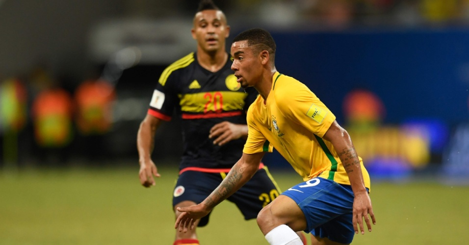 Gabriel Jesus domina a bola de canhota contra a Colômbia pelas Eliminatórias da Copa