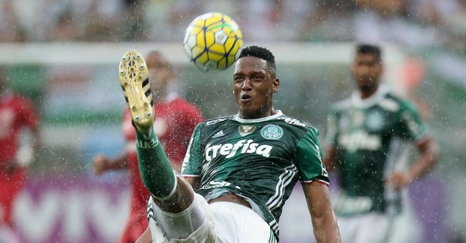 Mina, do Palmeiras, em lance de jogo contra o Internacional