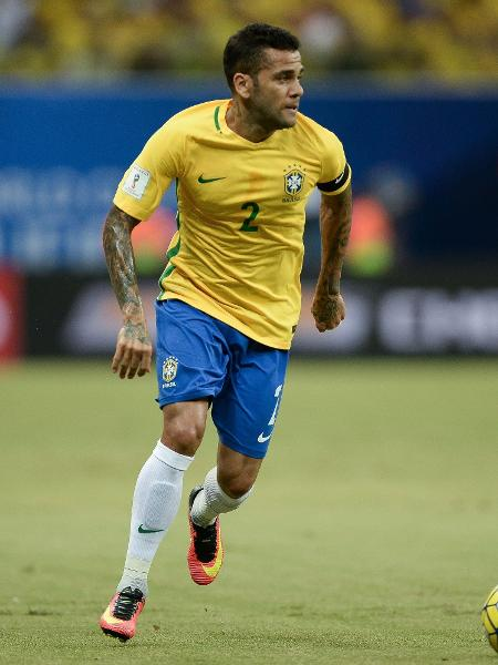 Daniel Alves foi o capitão da seleção brasileira no duelo contra a Colômbia, em Manaus, em 6 de setembro de 2016 - Pedro Martins/Mowa Press