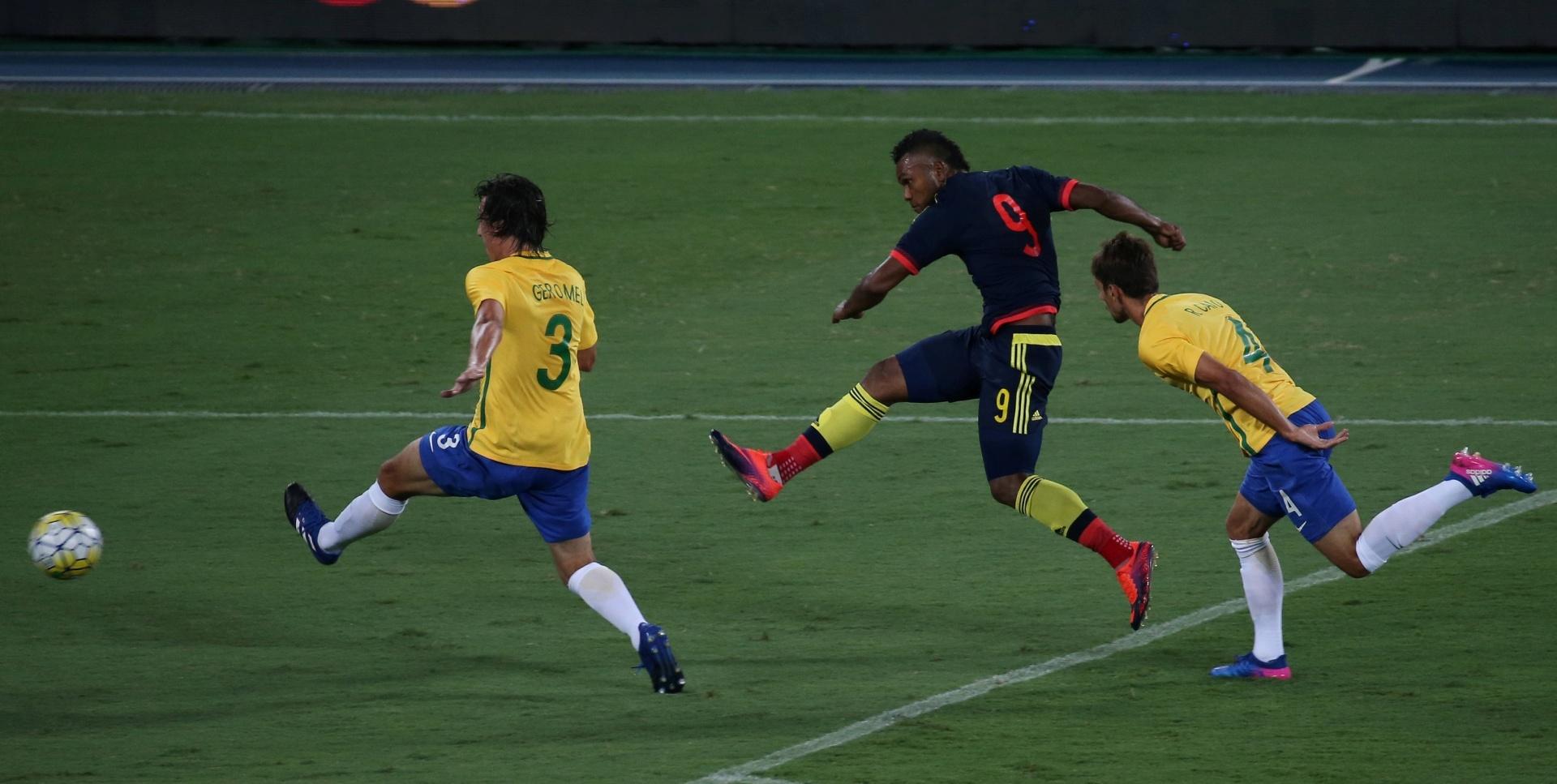 Borja, pretendido por times brasileiros, finaliza contra o gol de Weverton