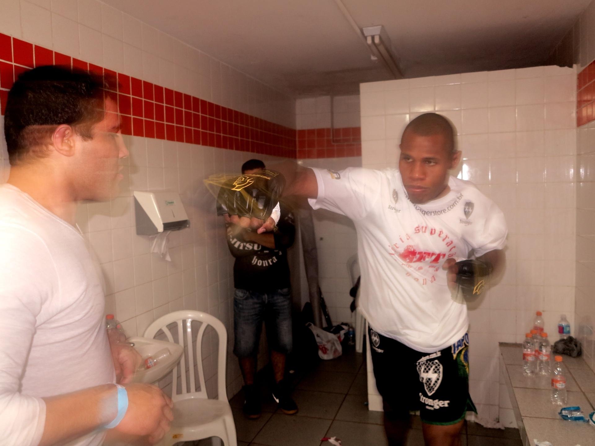 Acácio Pequeno passa pelo processo de desidratação antes da pesagem para lutar no MMA