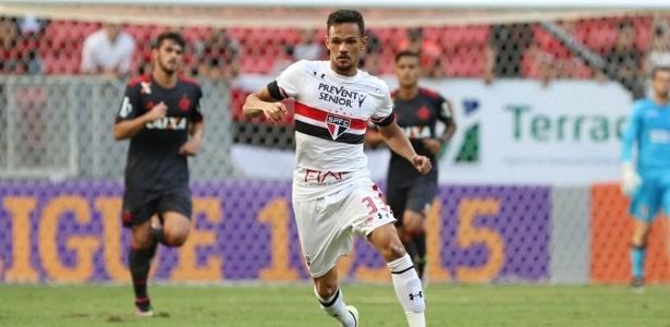Volante Artur em ação pelo São Paulo