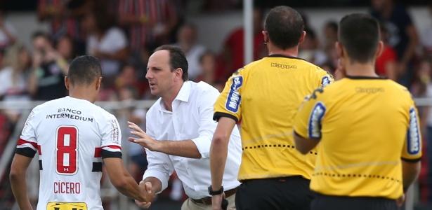 Técnico Rogério Ceni dá instrução