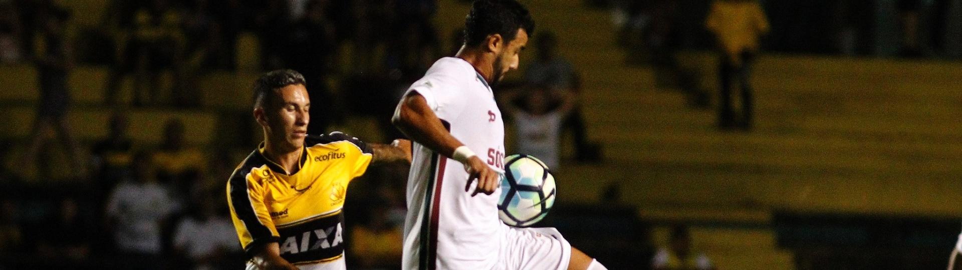 Henrique Dourado tenta escapar de marcador do Criciúma