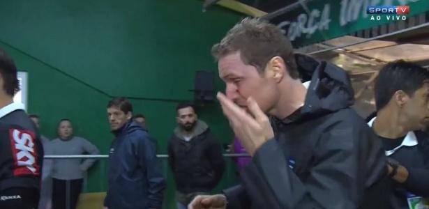 Quarto árbitro Evandro Tiago Bender sangra após ser atingido por objeto jogado por torcedor na Arena Condá após Chapecoense x Cruzeiro