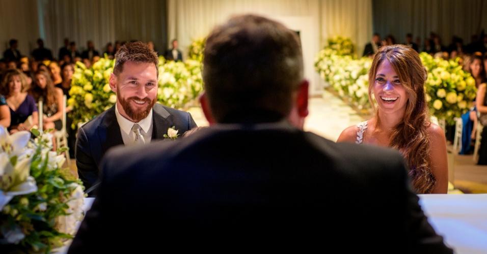 Lionel Messi e Antonella Roccuzzo se ajoelham durante a cerimônia do casamento