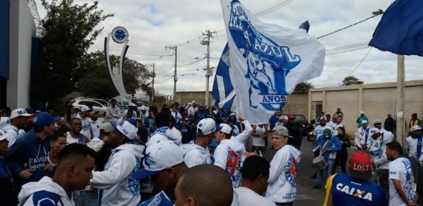 Torcida do Cruzeiro protesta na porta da Toca da Raposa