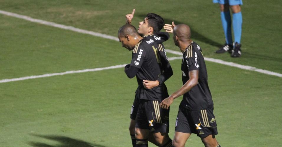 Leo Arthur comemora após marcar para a Ponte Preta contra o Coritiba