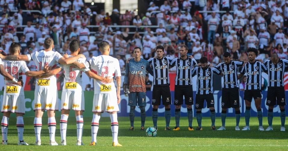 Jogadores de Botafogo e São Paulo fazem um minuto de silêncio para João Pedro Braga e Perivaldo