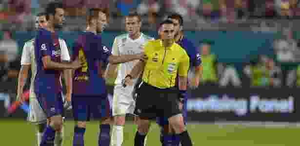 Rakitic se desentende com o árbitro do clássico entre Barça e Real - Hector Retamal/AFP - Hector Retamal/AFP