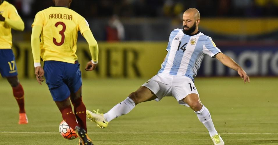 Mascherano disputa lance no jogo entre Equador e Argentina