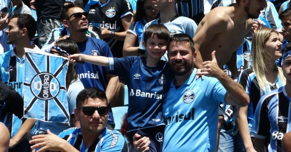 Pais e filhos comemoram título da Libertadores do Grêmio na Arena