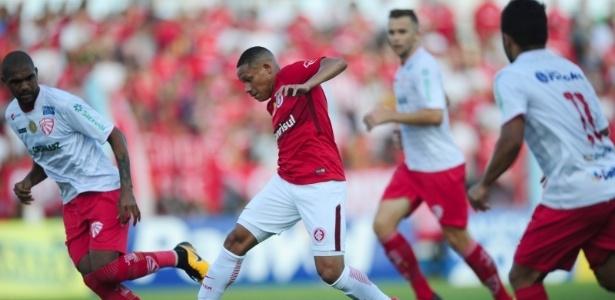 Wellington Silva carrega a bola pelo Internacional na partida contra o São Luiz