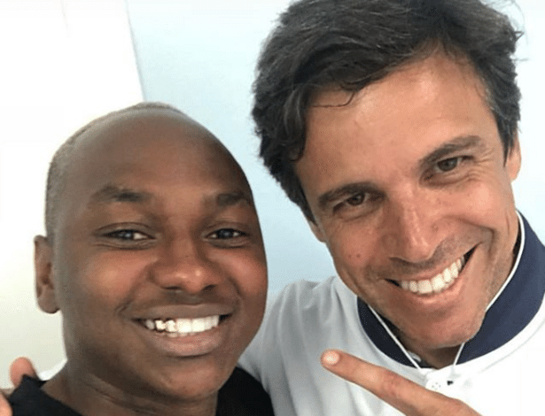 Sassá, atacante do Cruzeiro, utiliza dentes de ouro ao lado do dentista Claudio Costa
