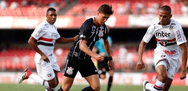 Mateus Vital em ação contra o São Paulo na partida de ida da semifinal