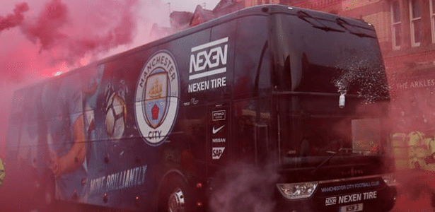 Ônibus do Manchester City foi alvo de gestos e objetos no caminho a Anfield