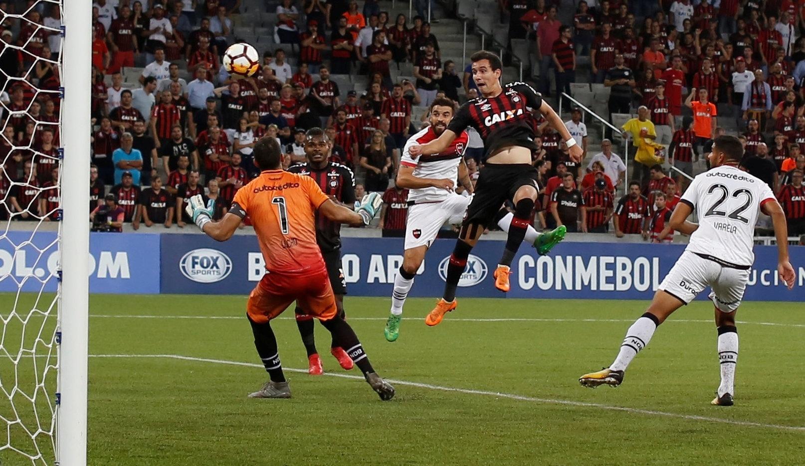Pablo anota de cabeça o primeiro gol do Atlético-PR diante do Newell's Old Boys, pela Sul-Americana