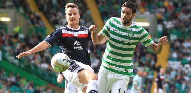 Lassad Nouioui, do Celtic, em ação contra o Dundee em jogo disputado em 2013