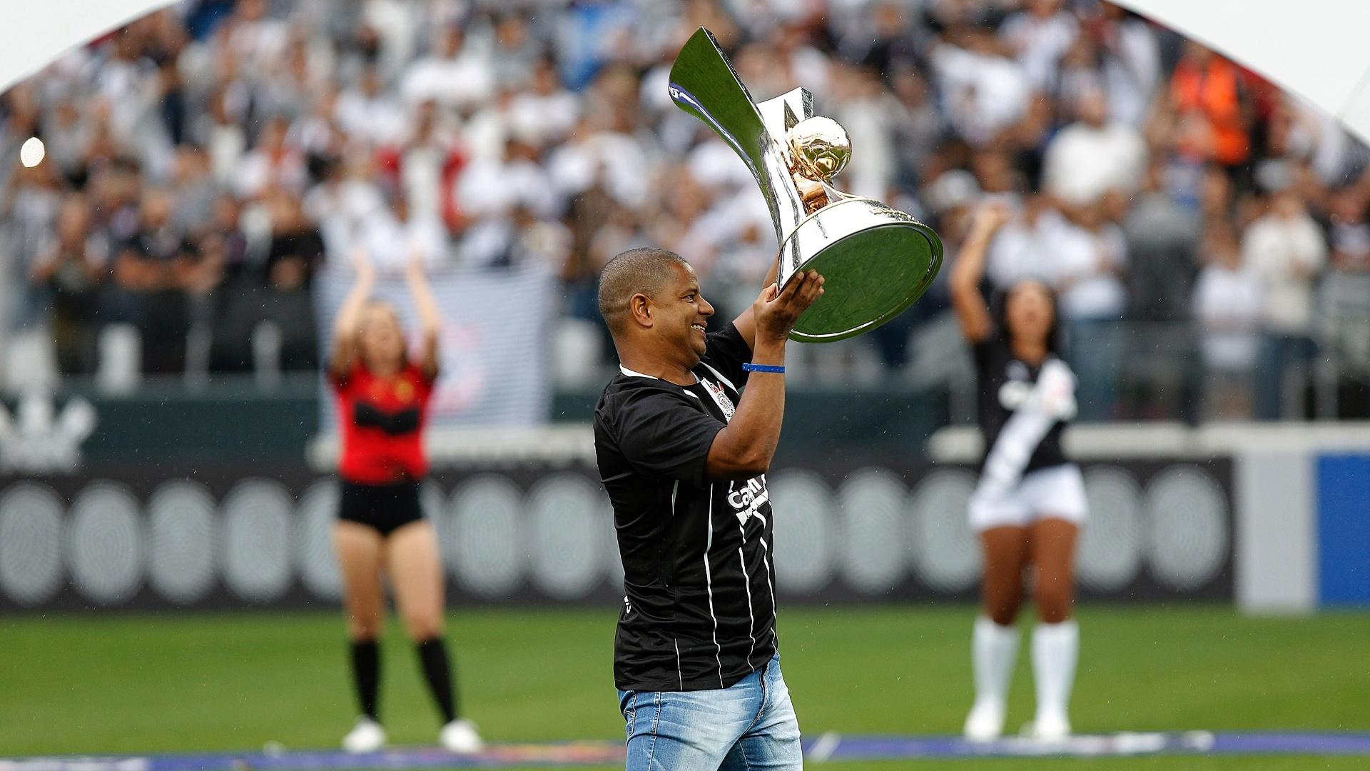 Ídolo do Corinthians, Marcelinho Carioca exibe o troféu do título brasileiro de 2017 antes da partida contra o Fluminense