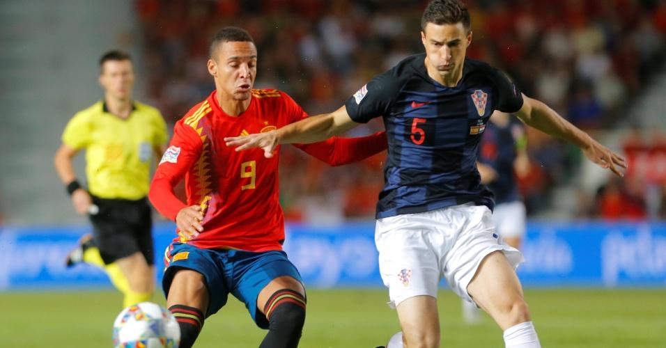 Matej Mitrovic impede o ataque de Rodrigo no jogo entre Espanha e Croácia