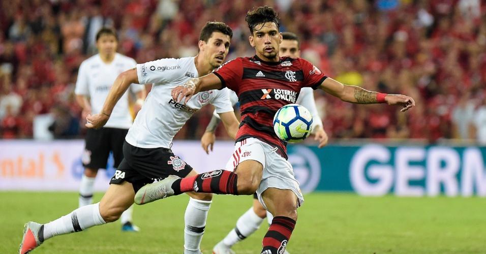 Lucas Paquetá arrisca chute durante Flamengo x Corinthians