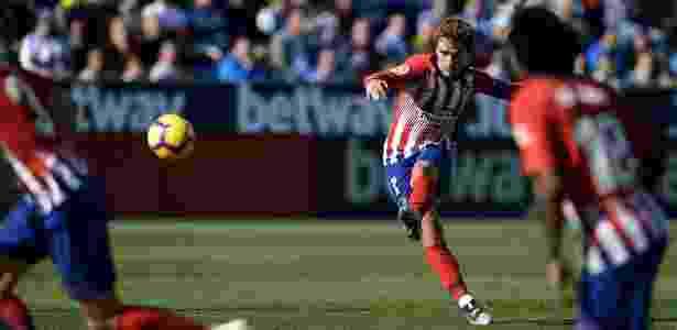 Griezmann em ação pelo Atlético de Madri diante do Leganés - OSCAR DEL POZO / AFP
