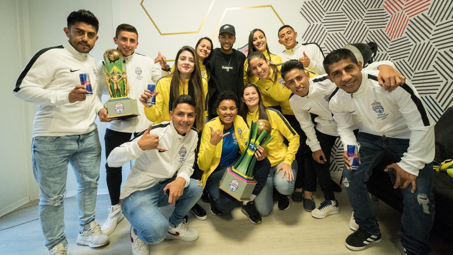 Neymar recebeu as vencedoras do torneio 'Neymar Jr's Five 2018'