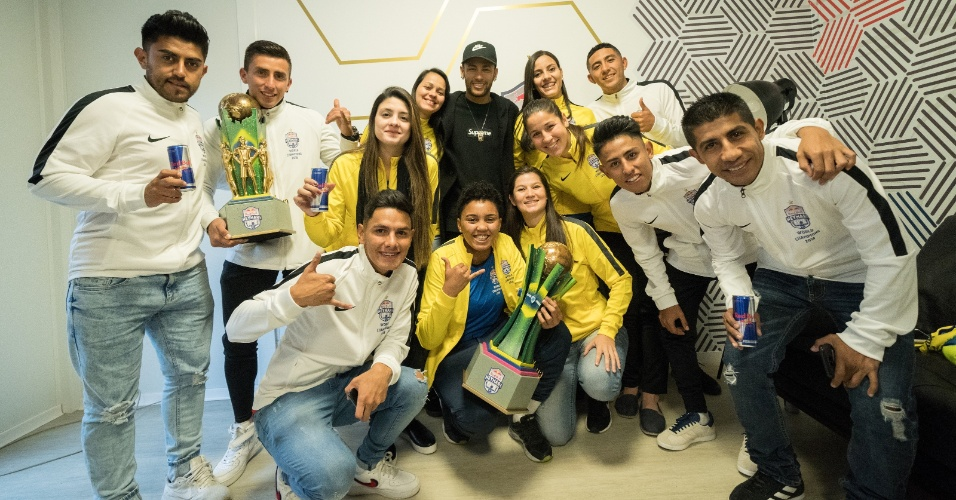 Neymar recebeu as vencedoras do torneio 'Neymar Jr's Five 2018'