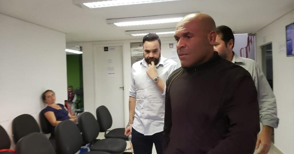 Rodrigo Galo (de barba), amigo de Neymar, deixa a delegacia após prestar depoimento