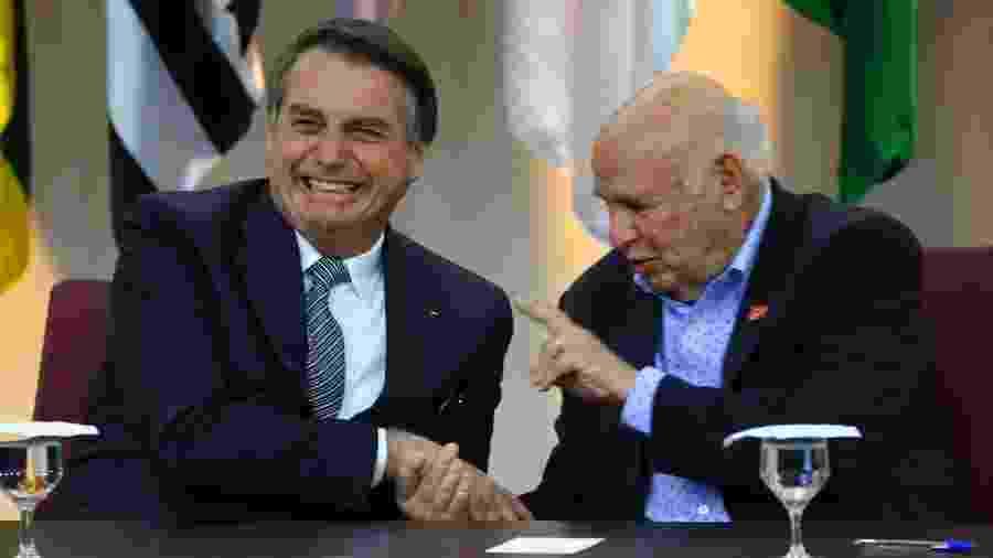 Presidente Jair Bolsonaro ao lado do ex-jogador Pepe, a quem homenageou pelo Dia Nacional do Futebol - Fátima Meira/Futura Press/Folha