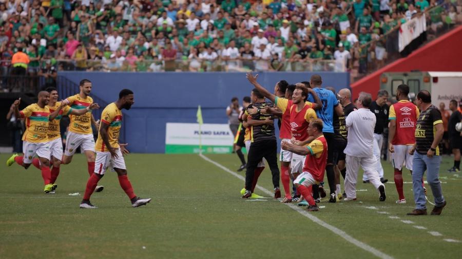 Jogadores do Brusque comemoram gol sobre o Manaus na final da Série D - Pablo Trindade/AGIF
