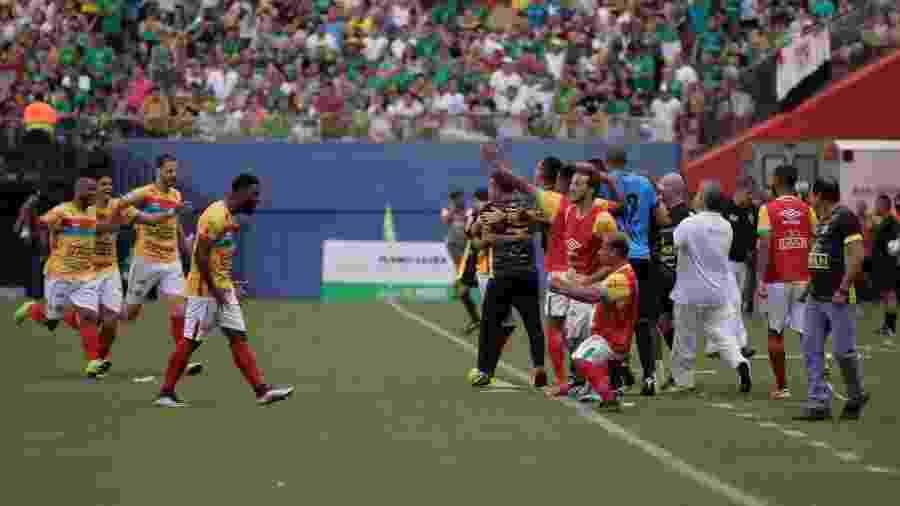 Time do Brusque comemora gol sobre o Manaus na final da Série D-2019. Realidade financeira foi retratada em pesquisa - Pablo Trindade/AGIF
