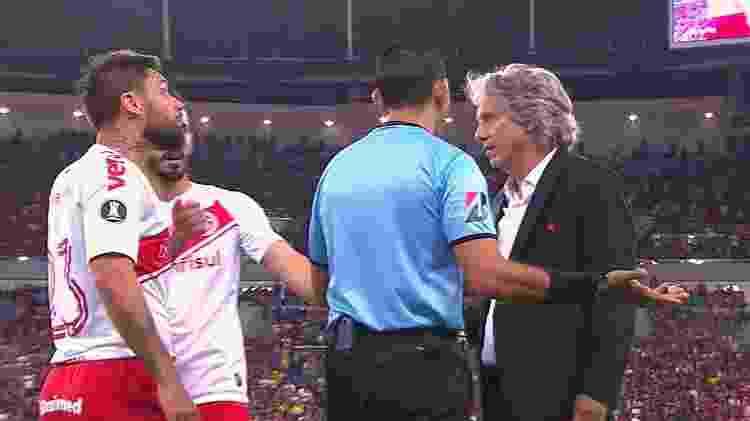 Atacante Rafael Sóbis se estranha com técnico Jorge Jesus após lance com Gabigol na lateral - Reprodução / TV Globo - Reprodução / TV Globo