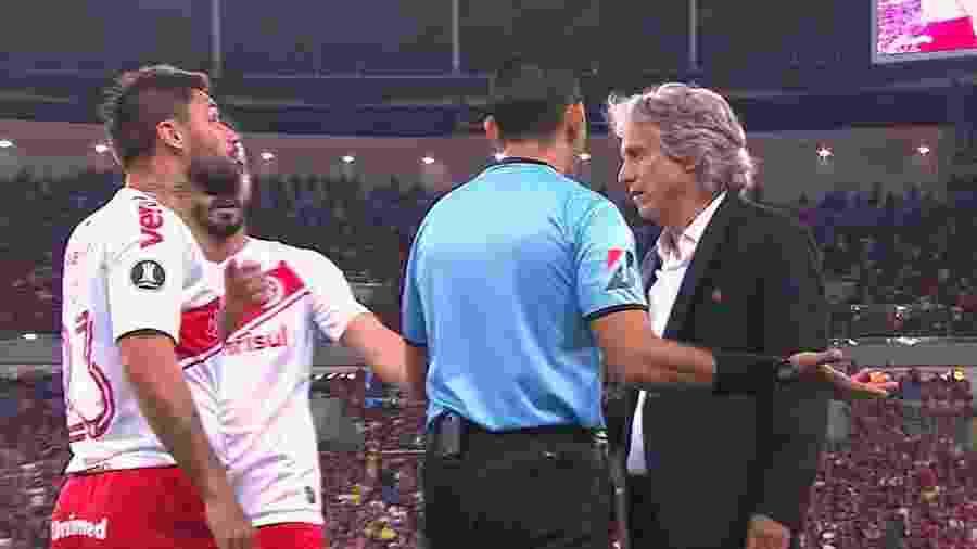 Atacante Rafael Sobis se estranha com técnico Jorge Jesus após lance com Gabigol na lateral - Reprodução / TV Globo