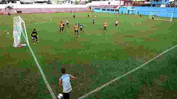 Treinamento do Vasco no estádio durante a Copa de 2014; ao fundo, à direita, símbolo laranja do Divino ainda pintado - SSPress