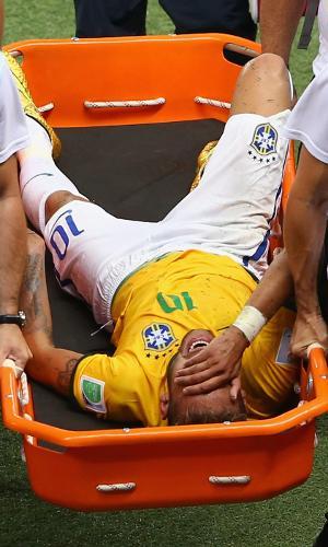 Neymar deixa machucado a partida entre Brasil e Colômbia, na Copa do Mundo de 2014