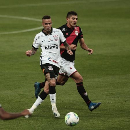 Luan é marcado por Edson durante Corinthians x Atlético-GO em jogo do Brasileirão 2020 - Ettore Chiereguini/AGIF