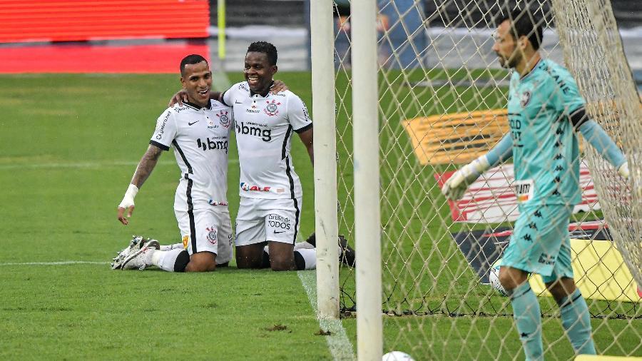 Otero e Cazares comemoram gol do Corinthians contra o Botafogo em 27 de dezembro - Thiago Ribeiro/AGIF
