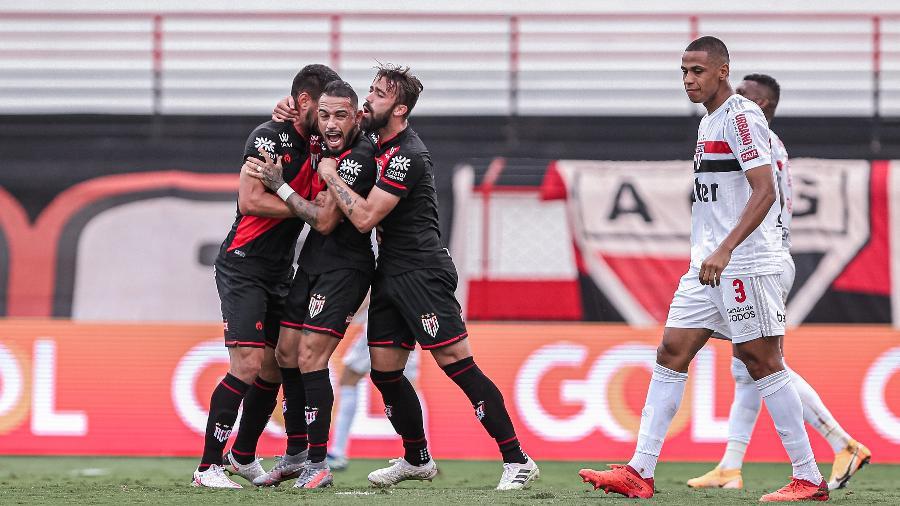 Jogadores do Atletico-GO comemoram o gol de Natanael diante do São Paulo - Heber Gomes/AGIF