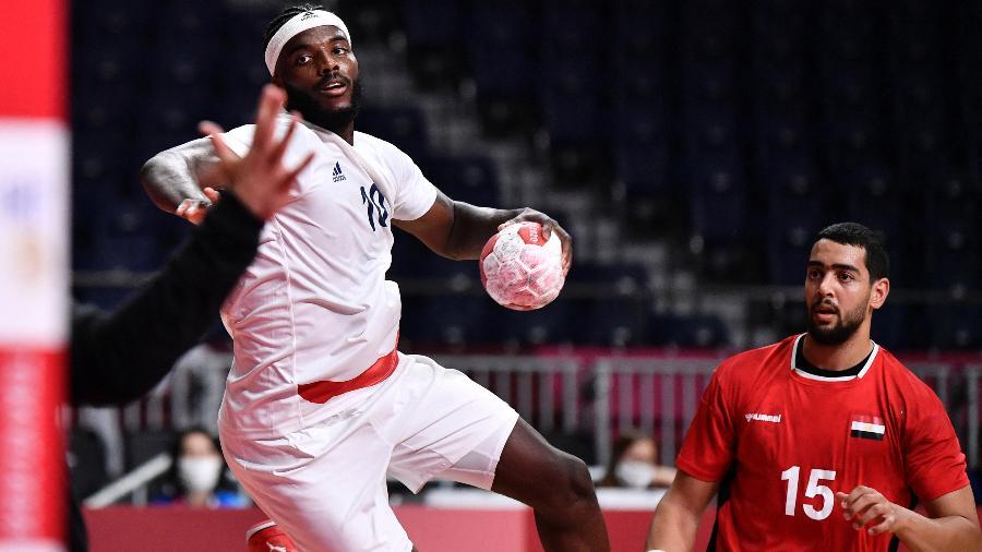 Mem, da França, finaliza em duelo contra o Egito, na semifinal do handebol masculino nos Jogos Olímpicos de Tóquio  - Fabrice COFFRINI / AFP