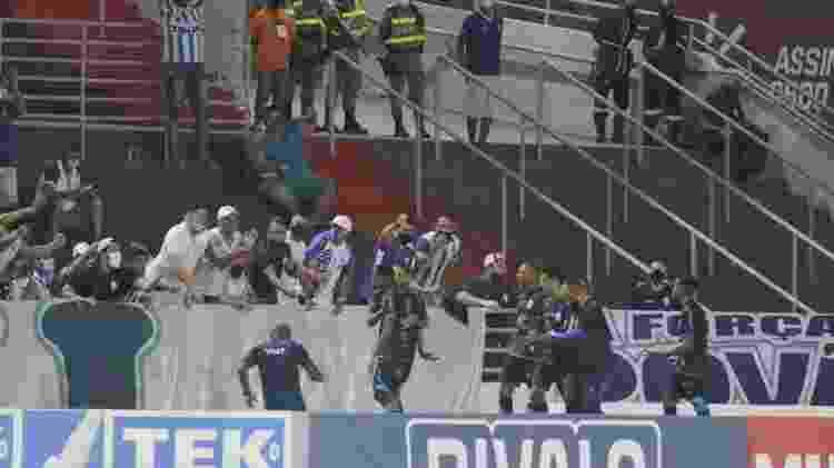 Iury Castilho, do CSA, celebra gol contra o Botafogo com companheiros e torcida - THALITA CHARGEL/FUTURA PRESS/FUTURA PRESS/ESTADÃO CONTEÚDO - THALITA CHARGEL/FUTURA PRESS/FUTURA PRESS/ESTADÃO CONTEÚDO