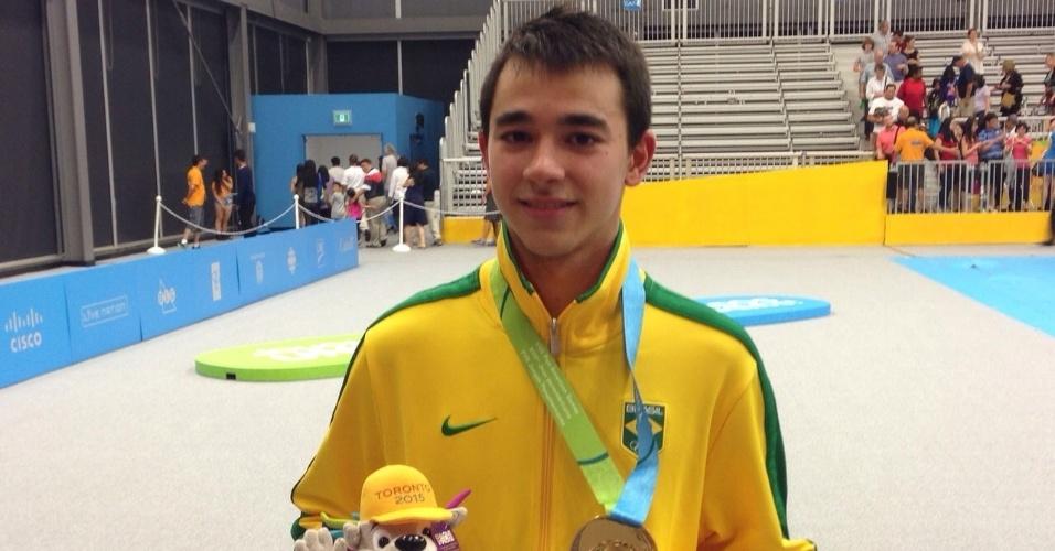 Hugo Calderano exibe medalha de ouro conquistada no tênis de mesa