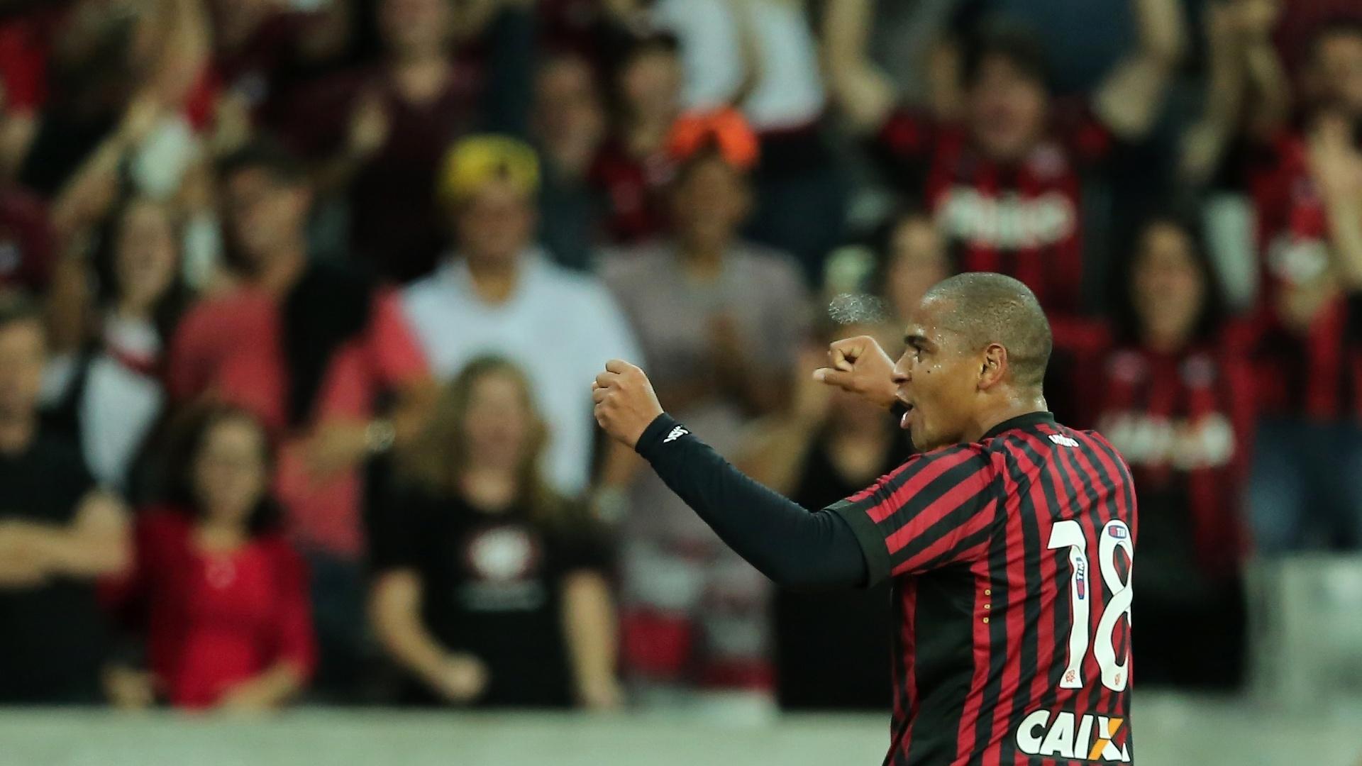 Walter foi o autor dos dois gols do Atlético-PR contra o Goiás