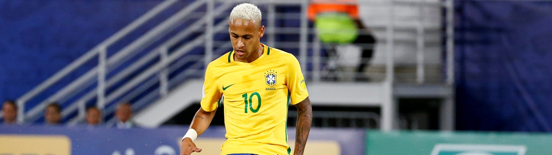 Neymar passa a bola em Brasil x Bolívia