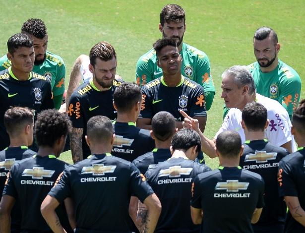 Elenco escuta Tite durante treinamento da seleção brasileira na última semana
