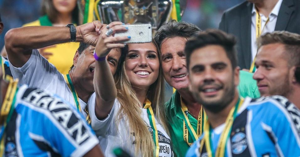 Carol faz selfie com o pai e o troféu de campeão da Copa do Brasil (ao fundo)