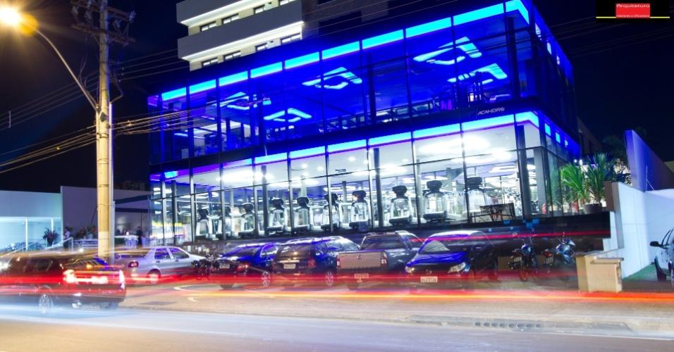 Visão da fachada da academia de Marcelo Bordon, em Ribeirão Preto. As luzes de led chamam a atenção durante a noite