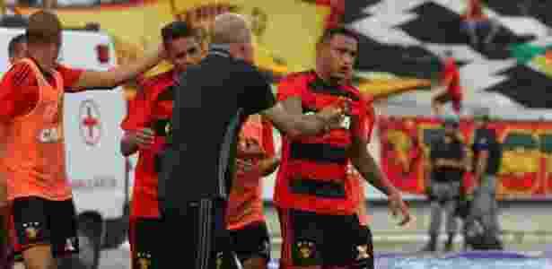 O atacante Paulo Henrique aproveitou seu próprio rebote para garantir a vitória do Sport - Williams Aguiar/Sport Club do Recife