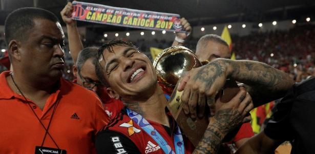 Guerrero comemora a recente conquista do Campeonato Carioca pelo Flamengo